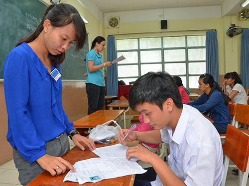 Thí sinh chỉnh sửa khu vực ưu tiên tại một điểm thi của Trường ĐH Y Dược TP HCM Ảnh: TẤN THẠNH