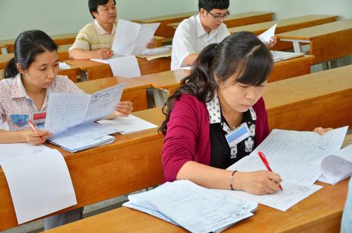 Giáo viên chấm thi tại Trường ĐH Công nghệ TP HCM sáng 17-7 Ảnh: TẤN THẠNH