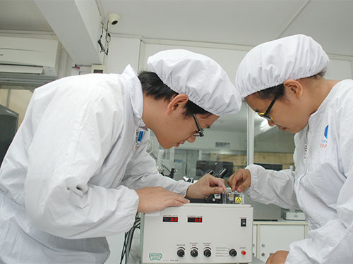 Nghiên cứu sinh của Trường ĐH Khoa học Tự nhiên (ĐHQG TP HCM) đang làm việc tại phòng thí nghiệm tế bào gốc  Ảnh: Tấn Thạnh