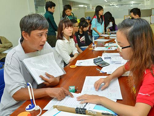 Phụ huynh, thí sinh tìm hiểu thông tin xét tuyển tại Trường ĐH Công nghệ TP HCM Ảnh: TẤN THẠNH