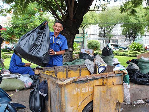 Gắn bó với nghề 35 năm, ông Tống Văn Thơm chưa bao giờ nghĩ sẽ xa rời công việc thu gom rác