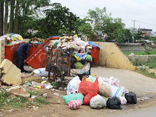 Túi ni-lông thông thường cần từ 500-1.000 năm mới phân hủy nên gây ô nhiễm môi trường nghiêm trọng.  Ảnh: NGUYỄN PHƯỢNG