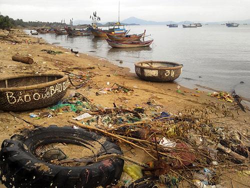 Một góc bờ biển của vịnh Vân Phong đầy rác