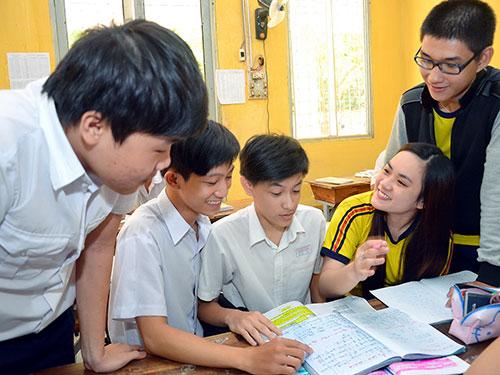 Học sinh Trường THPT Thanh Bình, TP HCM cùng nhau ôn bài sáng ngày 31-5 Ảnh: TẤN THẠNH