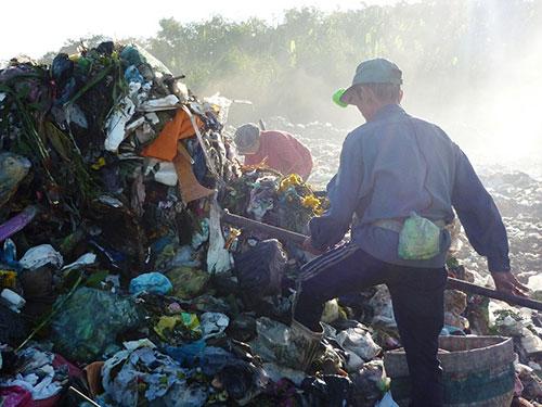 Dù biết ô nhiễm nhưng hàng trăm người phải sống dựa vào bãi rác này