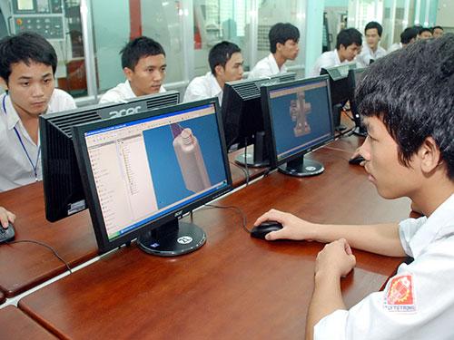 Sinh viên Trường CĐ Kỹ thuật Cao Thắng trong giờ thực hành Ảnh: TẤN THẠNH