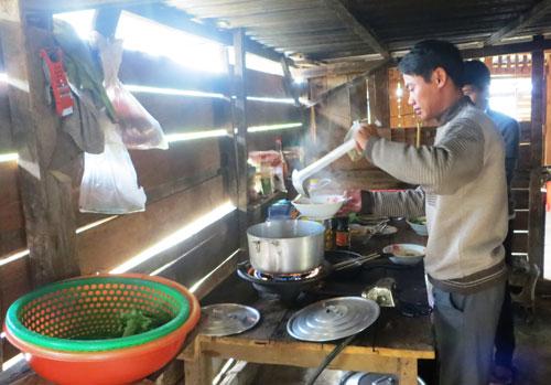 Thầy Tưởng Văn Quang, Hiệu trưởng Trường Phổ thông Dân tộc nội trú THCS xã Măng Ri, chuẩn bị bữa ăn cho học trò