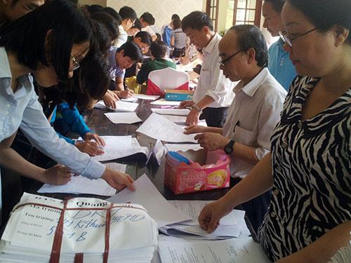 Các trường ĐH phía Bắc nhận bàn giao hồ sơ từ các sở GD-ĐT Ảnh: YẾN ANH