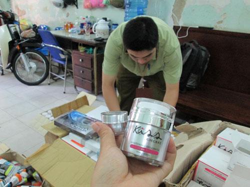 Một loại mỹ phẩm làm trắng da nhập lậu bị Quản lý thị trường TP HCM bắt giữ Ảnh: NGỌC ÁNH