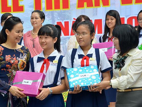 Giáo viên Trường chuyên Trần Đại Nghĩa trao quà cho học sinh trong lễ tri ân và tổng kết năm học Ảnh: TẤN THẠNH