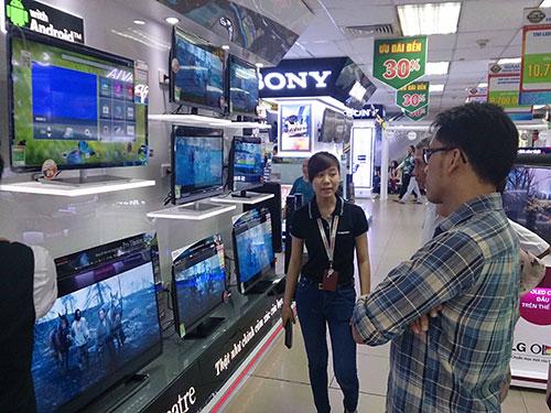 Nhiều siêu thị triển khai chương trình cho mượn tivi xem bóng đá miễn phíẢnh: HỒNG THÚY