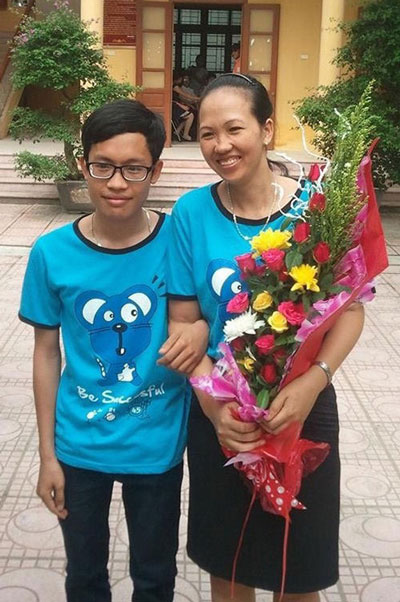 Nguyễn Văn Tuân và mẹ trong ngày tốt nghiệp THPT