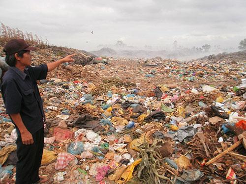 Rác thải chồng chất và được xử lý bằng cách đốt ở bãi rác Cư Êbur
