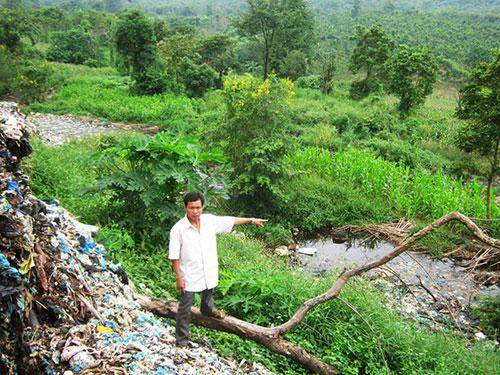 Nước rỉ từ bãi rác thải Cư Êbur chảy xuống con suối rồi đổ ra sông Sêrêpốk