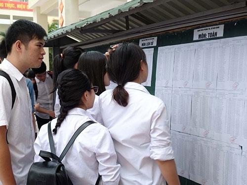 Thí sinh xem phòng thi tại Hội đồng thi Trường THPT Phan Huy Chú, Hà Nội sáng 1-6 Ảnh: YẾN ANH