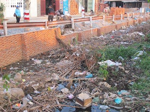 Đoạn kênh bị ứ đọng rác gây ô nhiễm