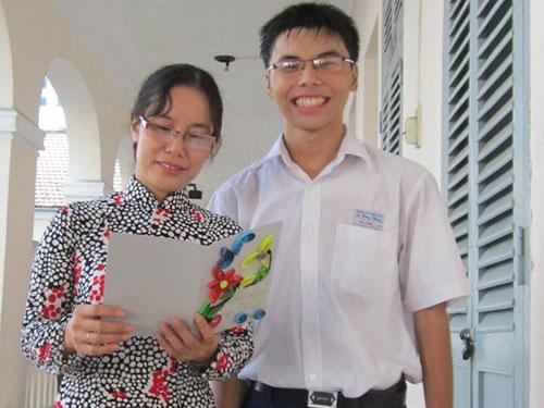 Cô giáo xúc động trước tấm thiệp học trò tặng trong ngày 20-11Ảnh: THIÊN HOÀNG