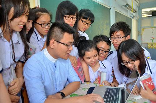 Thầy Đỗ Đức Anh cùng học trò thực hiện dự án Học văn từ cuộc sống Ảnh: TẤN THẠNH