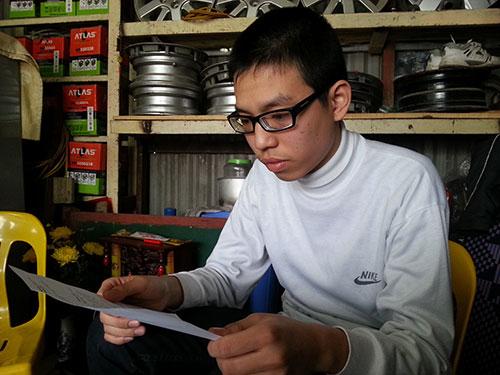 Em Đỗ Hồng Sơn đang đọc quyết định đình chỉ học của Trường THPT Trần Hưng Đạo