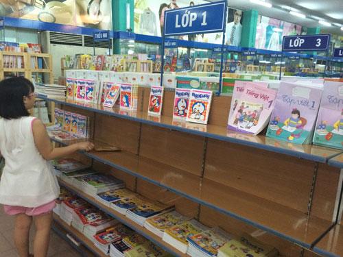 Tại nhà sách Nguyễn Văn Cừ (quận 7, TP HCM), kệ sách giáo khoa lớp 1 trống hoác Ảnh: BẢO LÂM