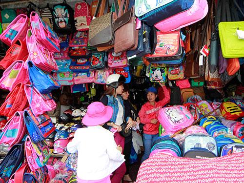 Chọn mua cặp sách học sinh tại chợ Bà Chiểu, quận Bình Thạnh- TPHCM Ảnh: Hoàng Triều