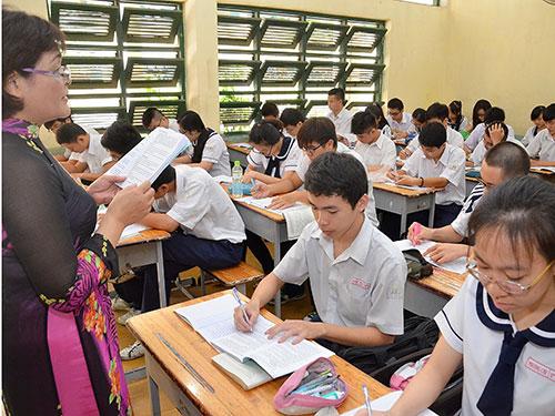Học sinh Trường THPT Hùng Vương trong giờ ôn tập môn văn. Ảnh: Tấn Thạnh