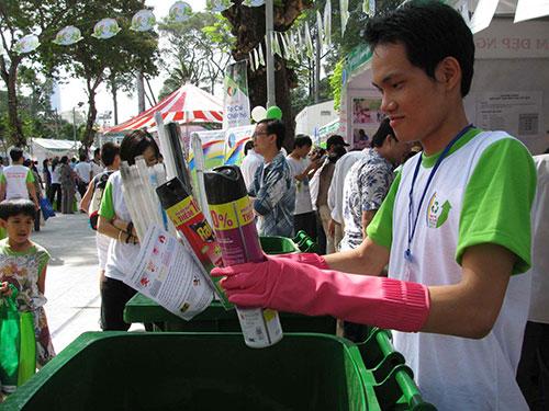 Chất thải nguy hại được người dân đem đến các điểm thu gom trong ngày hội Tái chế chất thải của TP