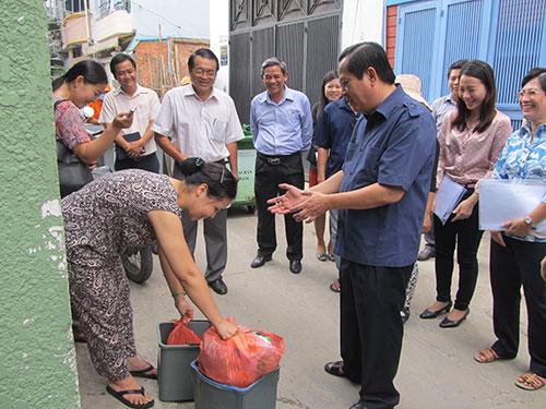Ông Nguyễn Hữu Tín, Phó Chủ tịch UBND TP HCM, kiểm tra việc phân loại rác tại quận 1  Ảnh: THU SƯƠNG