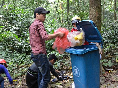 Túi ni-lông, vỏ trái cây, bao bì bánh kẹo... nằm chất đống trong Vườn Quốc gia Ba Vì được các bạn trẻ dọn sạch sau 1 ngày làm việc