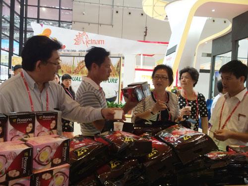 Giới thiệu cà phê Trung Nguyên tại hội chợ CAEXPO ở Trung Quốc Ảnh: NGUYÊN NGỌC