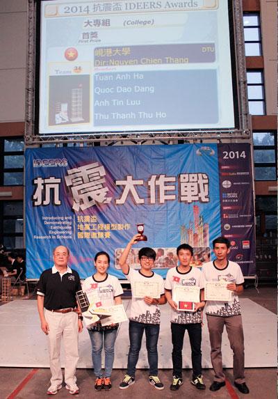 Sinh viên Trường ĐH Duy Tân nhận giải tại cuộc thi Ảnh: TRẦN HÂN