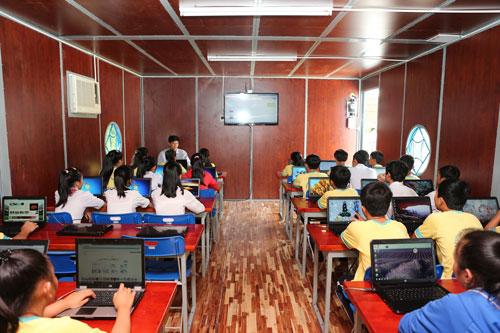 Học sinh học tập tại trường học di dộng