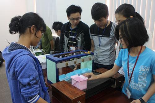 Sinh viên chuyên ngành hệ thống công nghiệp Trường ĐH Quốc tế thực hiện nghiên cứu khoa học về logistics