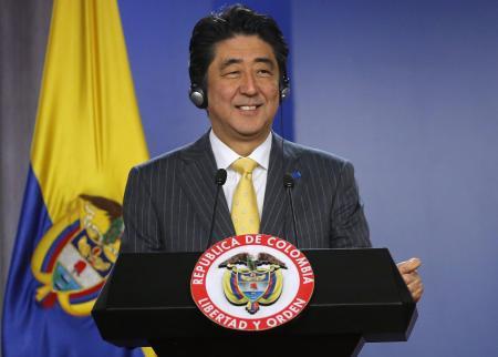 Chính quyền Thủ tướng Shinzo Abe mới đây đã dỡ bỏ lệnh cấm phòng vệ tập thể gây tranh cãi. Ảnh: Reuters