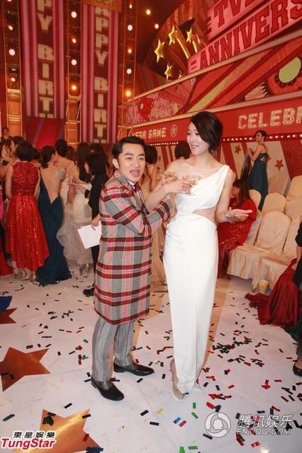 """""""Chàng lùn"""" Vương Tổ Lam cầu hôn bạn gái trước đông người"""