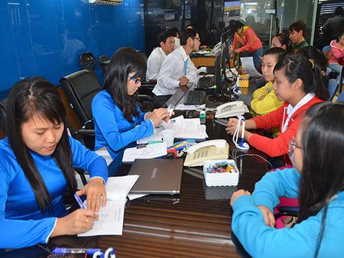 Thí sinh nộp hồ sơ xét tuyển nguyện vọng bổ sung tại Trường ĐH Văn Hiến sáng 21-8  Ảnh: Tấn Thạnh
