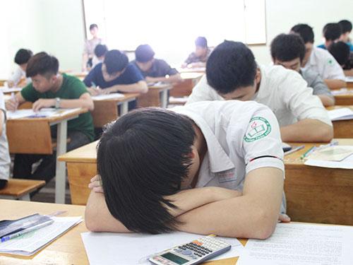 Một thí sinh gục đầu trên bàn trong giờ thi tại một điểm thi của Trường ĐH Công nghệ TP HCM Ảnh: HUY LÂN
