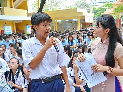 Thí sinh đặt câu hỏi trong chương trình Đưa trường học đến thí sinh năm 2013  Ảnh: TẤN THẠNH