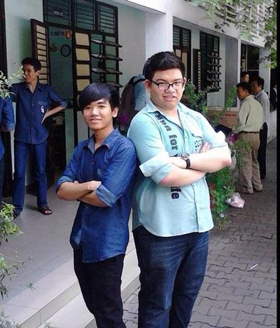 Thủ khoa Lê Hữu Quang Vinh (áo đen) cùng bạn. (Ảnh do nhân vật cung cấp)