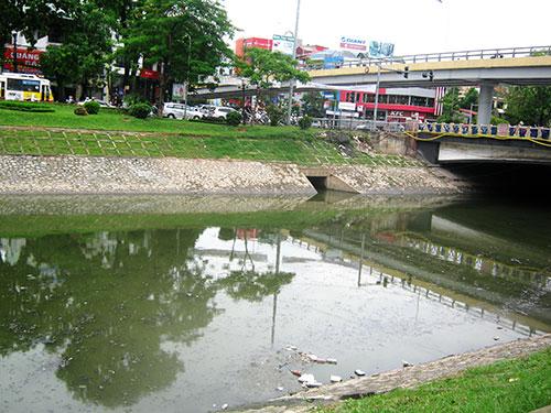 Dòng sông Tô Lịch đoạn chảy qua đường Láng bị ô nhiễm nặng nề