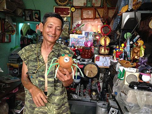 Căn nhà ngập đồ tái chế của ông Thơm