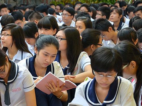 Học sinh ôn bài trước giờ thi kỳ thi tốt nghiệp THPT 2014Ảnh: TẤN THẠNH