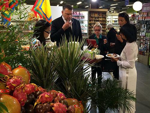 Người tiêu dùng Pháp dùng thử trái cây Việt Nam. Ảnh: Quốc Nguyên