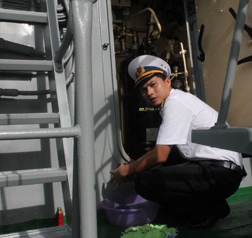 Kết thúc huấn luyện trên biển, khi trở về cảng, các thủy thủ lại lau dọn thân tàu sạch bóng.