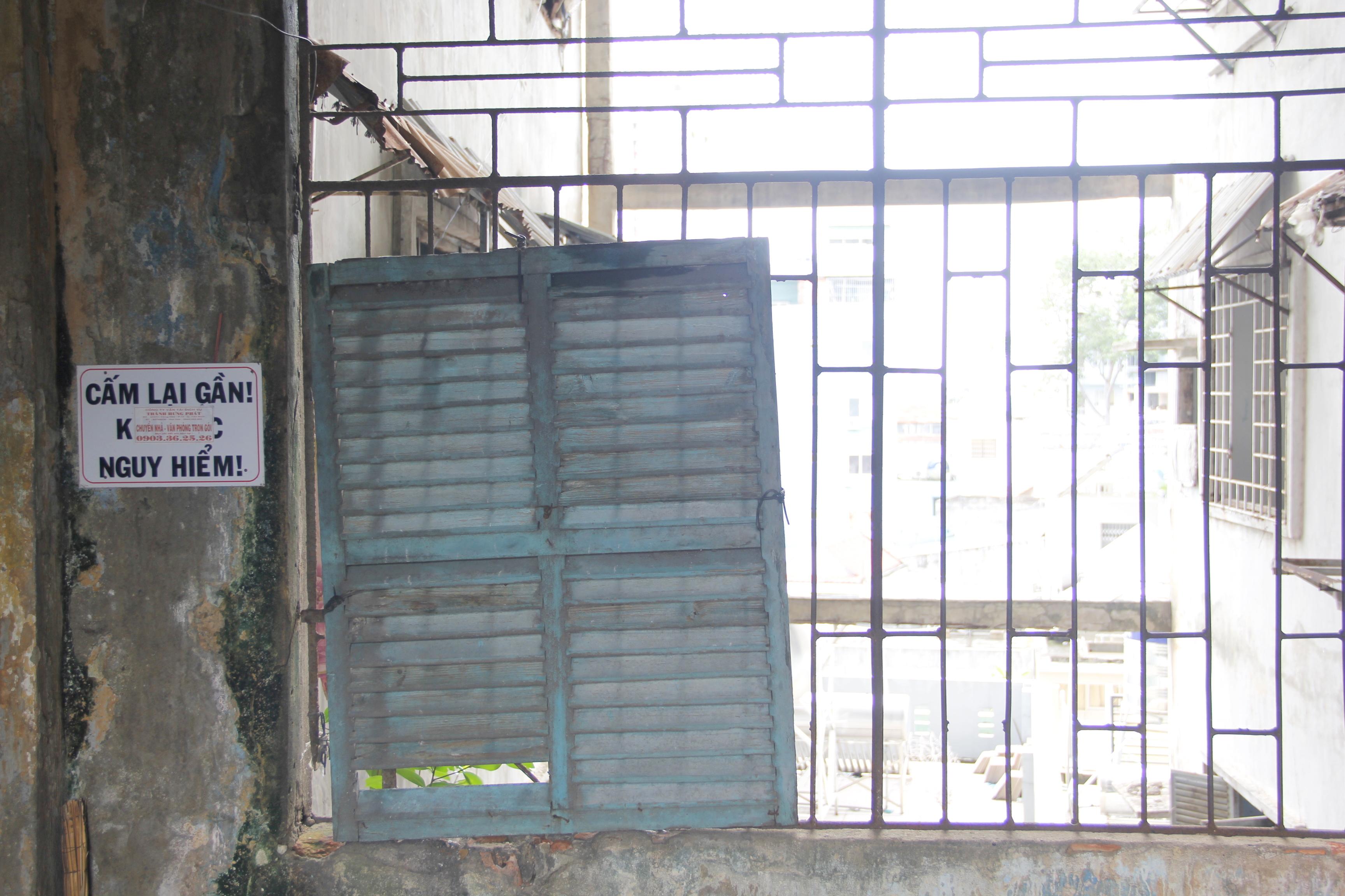 Hầu như các góc tường đều dán cảnh báo nguy hiểm