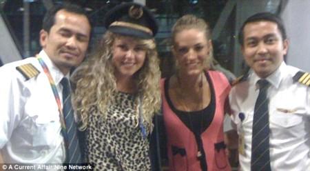 Jonti Roos (thứ hai từ phải sang) cùng bạn gái Jaan Maree trong bức ảnh chụp cùng cơ phó Hamid (bìa phải)