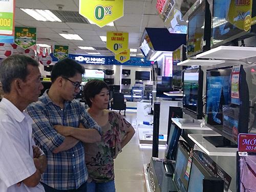 Người tiêu dùng nên tìm hiểu thông tin và cân nhắc kỹ trước khi quyết định sắm tivi Ảnh: HỒNG THÚY