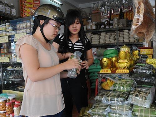 Khách chọn mua đặc sản Bắc trên đường Điện Biên Phủ, quận 1, TP HCM Ảnh: HỒNG THÚY