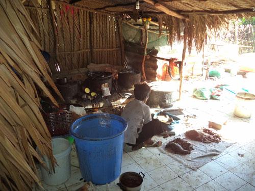 Nơi chế biến khô bò, thực phẩm dành cho người, rất mất vệ sinh