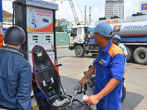 Chi phí thuế chiếm đến 38% giá thành xăng bán lẻ. Trong ảnh: Một trạm xăng của Petrolimex ở quận 1, TP HCM Ảnh: TẤN THẠNH